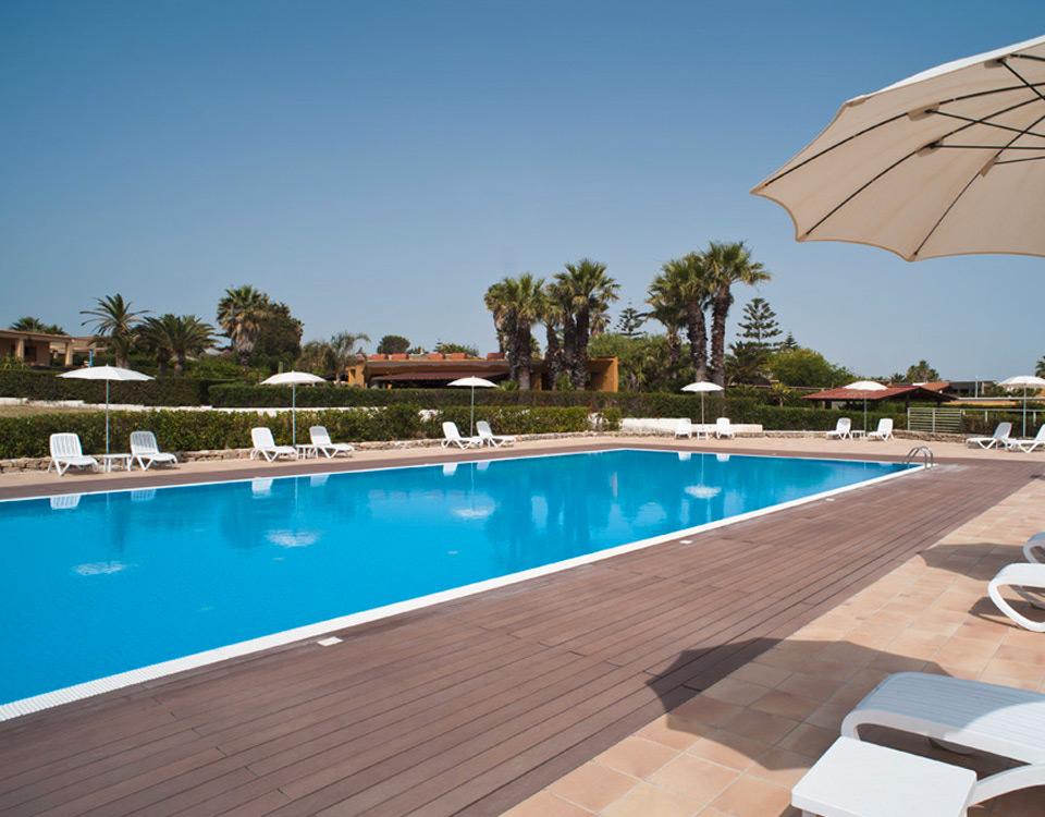 La piscina e il solarium giardini di brucoli for Piscina walker martinez